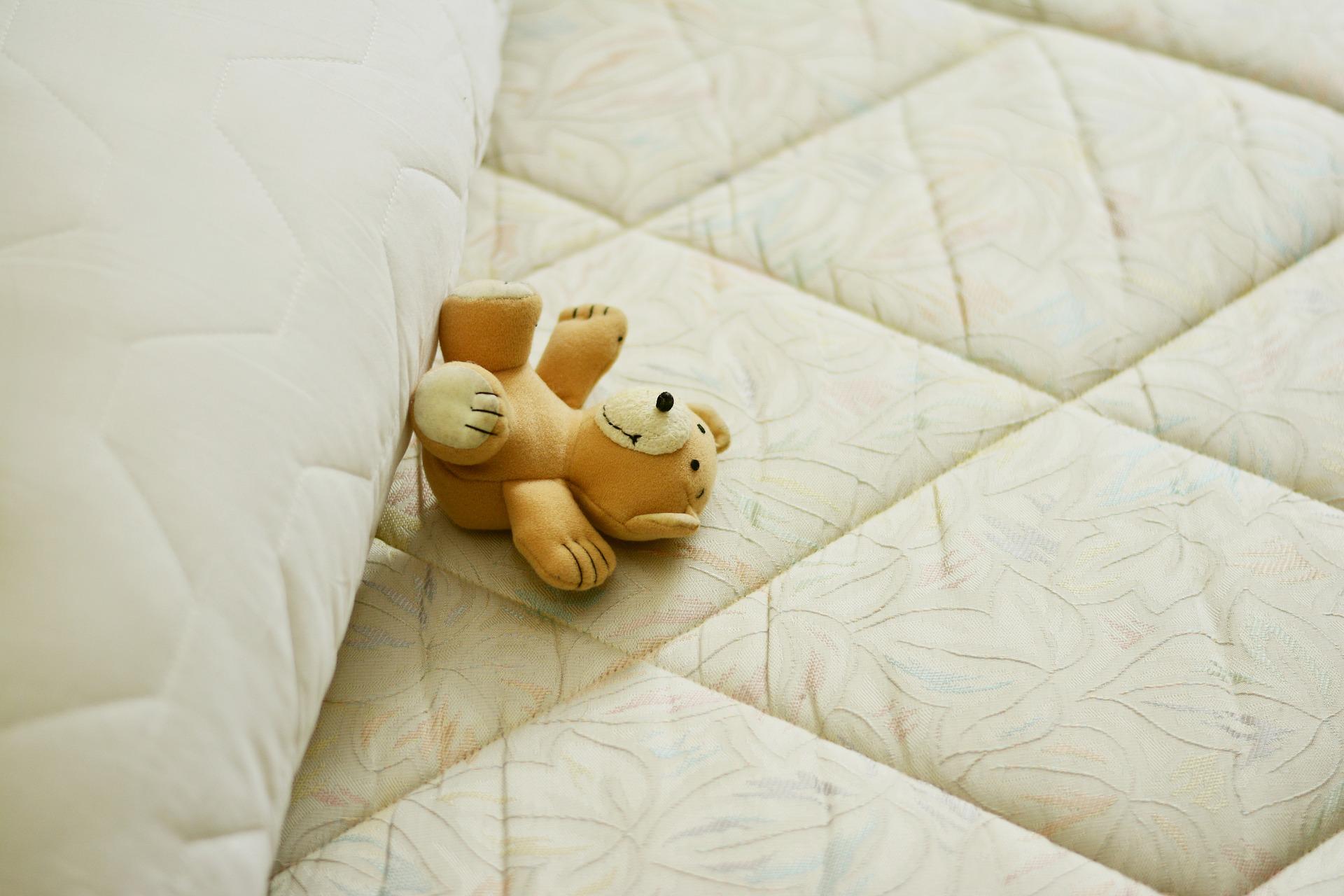 игрушечный медведь на матрасе